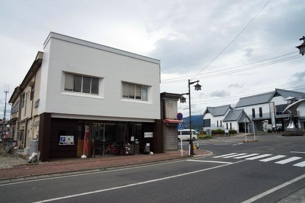 カフェ「harappa」の外観。旧土産物店の建物の一部をカフェにした。カフェの2階部分は住宅に改装し、建物の奥に続く空きスペースは現在、イベントなどに利用している(写真:守山 久子)