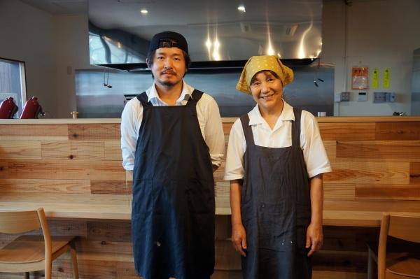 そば部門を担当する中島いづみさん(右)とカフェ部門担当の齋藤貴将さん。山形市に住む中島さんは、上山市に住む娘のつてでかみのやまランドバンクを紹介してもらった。カフェタイムにはスフレパンケーキなどを提供する(写真:守山 久子)