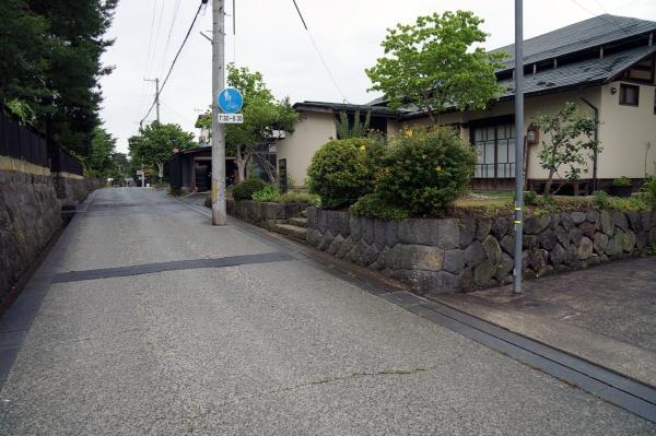 中心市街地にある二つの温泉街をつなぐ武家屋敷通り。右手に見える築90年の古民家を利用した飲食店は、上山市が運営者に物件を紹介した