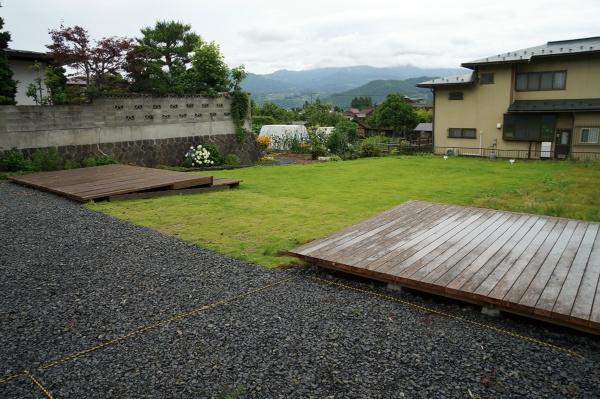 木製デッキを設けた八幡丁ワクワク広場。駐車場も整備(写真:守山 久子)