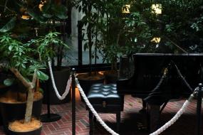 (右)自動演奏ピアノは、毎日10分ほどの演奏や、地元のピアニストによるライブのほか、群馬出身のピアニスト・金子三勇士さんを招いたライブ演奏も行われた(写真:青木 桂子)