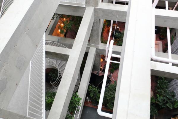 客室のバルコニーから見下ろした、ホテルの躯体がむき出しになったパブリックスペース(写真:青木 桂子)