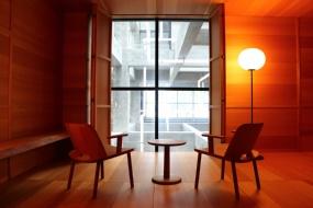 ジャスパー・モリソンの部屋。吹き抜けが見える窓を閉じれば、木箱の中にいるような空間に(写真:青木 桂子)
