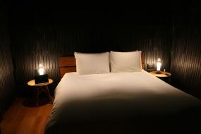 ミケーレ・デ・ルッキの部屋。2725枚の「こけら板」が用いられ、その隙間から漏れる光の演出も魅力(写真:青木 桂子)