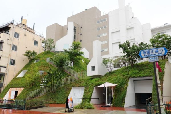 グリーンタワーの外観。知的生産性を上げる緑と、知的好奇心をくすぐるアートが融合している(写真:青木 桂子)