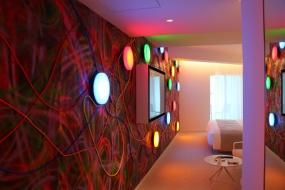 非日常感を高めてくれる鬼頭健吾(現代アーティスト)の部屋『Interstellar』(写真:青木 桂子)