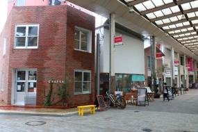 商店街の新しい店も、レンガを用いて活性化に一役買っている(写真:青木 桂子)