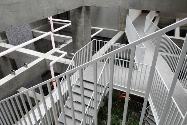 むき出しになったコンクリートの躯体を生かし、迷宮感のある空間に(写真:青木 桂子)