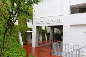 「HOTEL白井屋」時代の屋号が、グリーンタワーに面したヘリテージタワーの外壁に見て取れる(写真:青木 桂子)