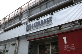 SEEKBASE AKI-OKA MANUFACTURE〈1〉エリアの入口(左)と館内(写真:青木 桂子)
