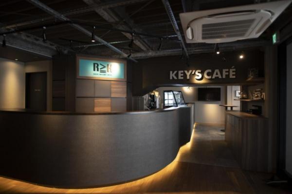 ホテルのエントランス。すぐ隣にカフェが併設されており、宿泊客でなくても利用できる(写真:青木 桂子)