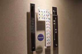 客室エリアへの扉の前にある、ホテルのフロアマップ(写真:青木 桂子)