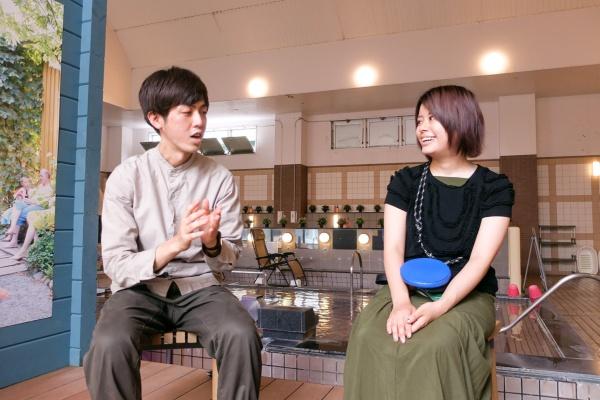 おふろcafé utataneの統括支配人の新谷竹朗さん(写真左)。右は塩谷歩波。撮影時のみマスクを外してもらいました(写真:アトリエエンヤ)