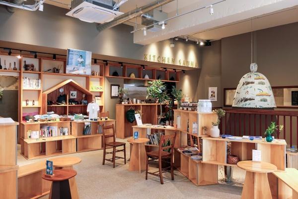 1階のカフェスペース(写真:塩谷歩波)
