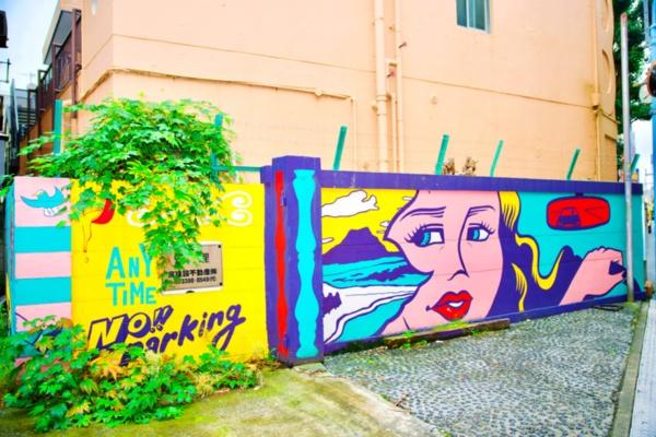<b>場所:JR高架下駐車場 東京都杉並区高円寺南4-42-4</b><br><b>作家:苦虫ツヨシ 2009年より苦虫ツヨシとして活動をはじめる。東京を中心に国内、海外で個展やイベントなどを行う</b><br><b>解説:夕日に向かって運転する女性を描く。バックしているようにも見える。駐車場にピッタリの作品(2016年10月製作)</b>