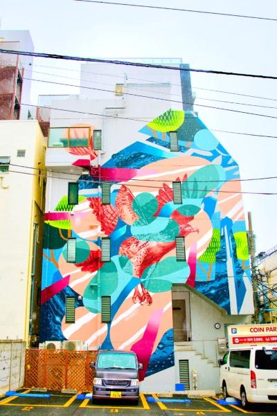 <b>場所:Studio L'agile (YSビル) 東京都杉並区高円寺南4-26-5</b><br><b>作家:ホールナイン 具象モチーフを描くhitchと抽象モチーフを描くsimoで構成するアートユニット。ライブペイント、壁画制作を中心に活動</b><br><b>解説:大きく翼を広げ、空へ飛び上がろうとするワシは、高円寺の街とそこに住む人たちが素晴らしい文化を共有していることを表現(2017年8月製作)</b>