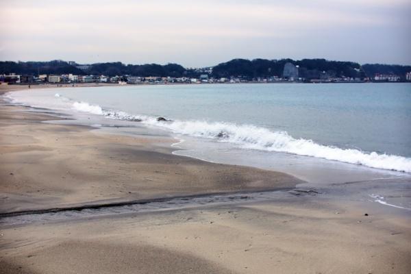 鎌倉は東京・品川駅からJRで約50分。海と山に囲まれ、観光地としても住宅地としても有名だ。写真は鎌倉から徒歩15分程度の距離にある由比ヶ浜(写真:筆者)