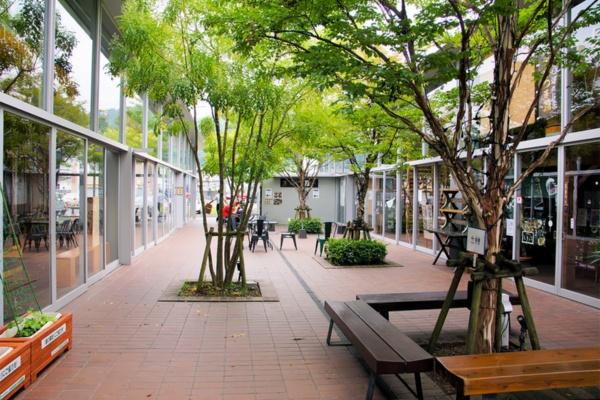 活性化プロジェクトの初期に当たる2015年11月にオープンした多世代交流拠点。スタジオや市民向けのスペースなどがある「油津Yotten(よってん)」、屋台村の「あぶらつ食堂」で構成する。施設内には地場産業の飫肥(おび)杉が多数配されている。元はスーパーマーケットの跡地だった(写真撮影は筆者)