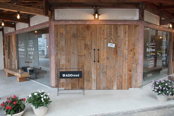 2019年夏にオープンした「ADDress」の拠点、「日南邸」。1階はレコードが聴けるオープンスペースとADDress会員専用のコワーキングスペース、2階は居室。元々は八百屋が入っていたが、20年近く閉まっていたという。物件はADDressが所有したうえで、運営は地元のまちづくり企業である油津応援団が請け負っている。リノベーションデザインは地元の建築デザイン事務所であるpaak designが担当した(写真撮影は筆者)