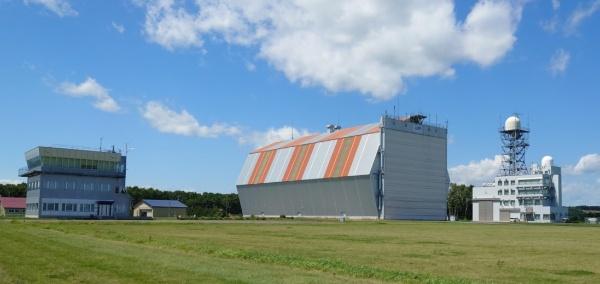 大樹町多目的航空公園内に整備されているJAXA大樹航空宇宙実験場の施設。左から、飛行管制棟、格納庫、大気球指令管制棟(撮影:元田光一)
