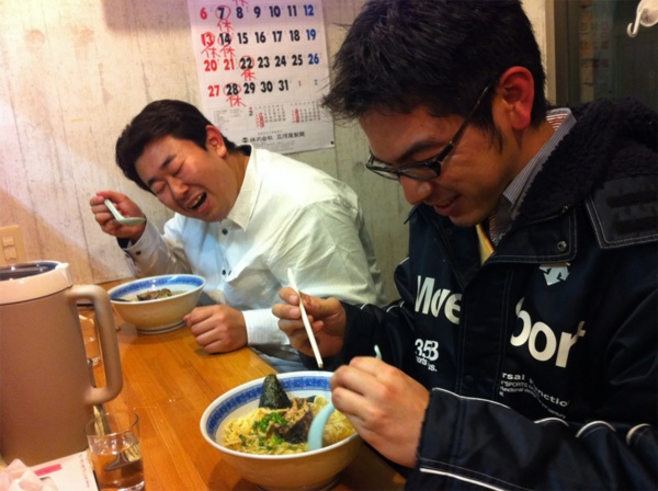 世田谷区経堂のラーメン店「まことや」でラーメンをすする松友さん(右)と鈴木さん(左)。この後、2人は筆者と共に被災地への支援活動を練ることになる(写真撮影:筆者)