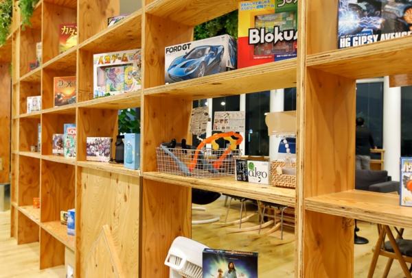 頭の体操に最適なボードゲームや本が並ぶ。どれも使用感満載!