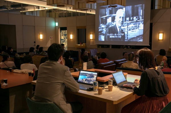 映画を観ながら仕事をする人、スマホを操作しながら映画を観る人も
