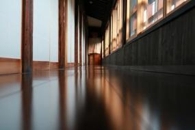 2階の廊下。窓からは御釜神社が見える