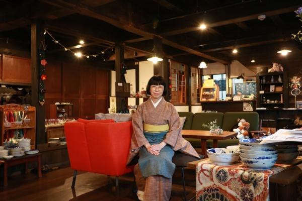 カフェはれま店主・菊池千尋さん。骨董好きが高じて古物商の免許もとってしまったという。まちかど博物館の入場料は大人300円、中学生以下200円だ