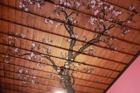最上級「桜の間」の天井に描かれた桜の日本画