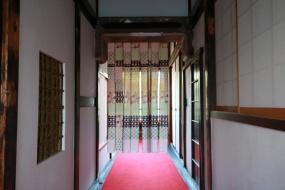 3階の小宿をつなぐ廊下。暖簾向こうの右手に「桜の間」がある
