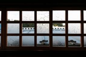 3階の窓。ここだけは松亀園の面影を残している