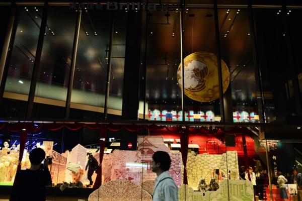 2020年7月のグランドオープンに向けて準備が進められている複合施設「ハレザ池袋」の「パークプラザ」1階部分を外側から見た。ガラスウォールの向こう側に見えるのが「人力遊園地 とべ!とべ!フクロウ」のセットである(特記以外の写真提供:三浦丈典氏。以下同)