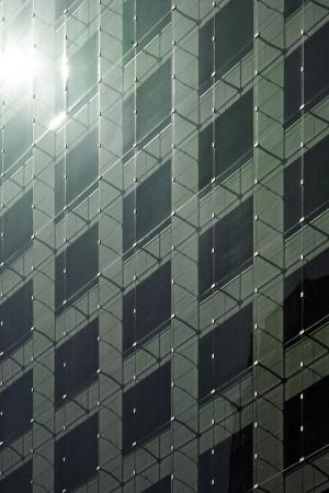 ダブルスキンの詳細。石張りの建物の外側を合わせガラスのアウタースキンで覆った (写真提供:近畿産業信用組合)