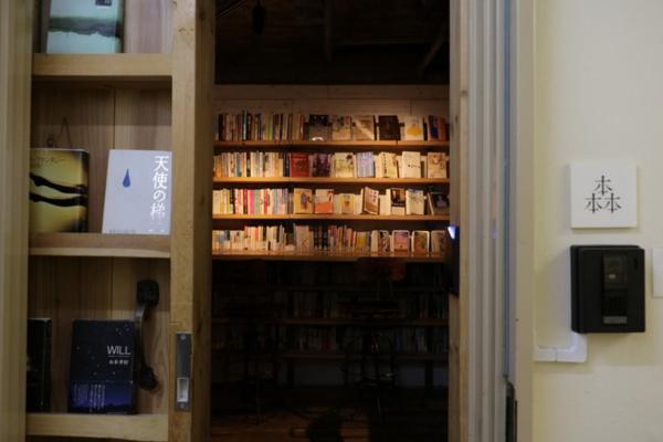 インターフォンを押す。中扉の本を眺める。しばらくして秘密基地が現れる。米谷さんもまた、この演出に心をつかまれた一人だった。
