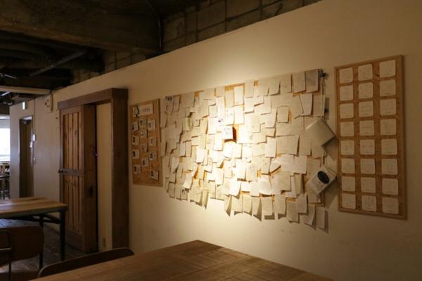 スタッフは森の図書委員と呼ばれている。壁には図書委員の紹介と、お客さんの感想メモ、オリジナルのコースター全24種類が掲示されている。