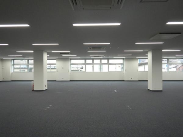 基準階の執務スペース(写真:久慈設計)