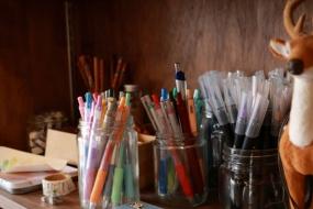 さまざまなタイプ・色のペンで思い思いの手紙を