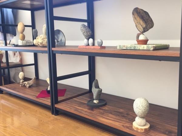 畳、マルタ、レンガ、石、フェルト、木など、台座が変わることで、さまざまな風情を楽しめる石花作品(写真:石花ちとく)。