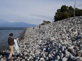 地域や川の流域の違いによって、石の形や色が違う。風景が石の宝庫に見えてくる(写真:石花とかん)。