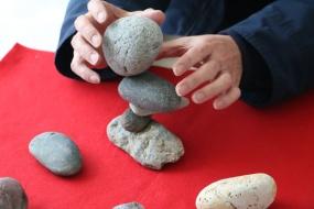 家でトライしやすいのは小さな石。大小変化をつけてステップアップしてみるのも(写真:青木桂子)。
