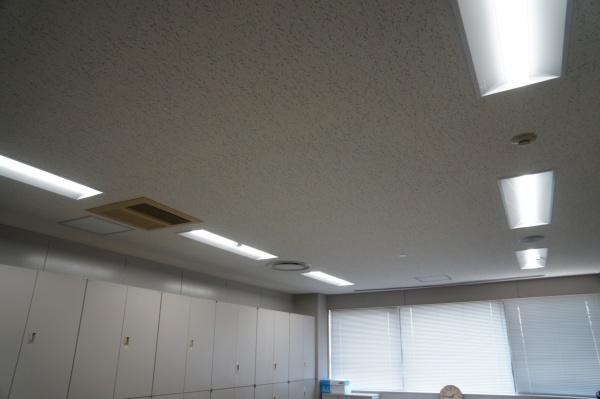 テナントスペースの天井まわり。空調機と照明を更新した(写真:守山 久子)