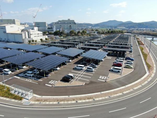 岡山村田製作所の駐車場型メガソーラーシステム(写真:村田製作所)