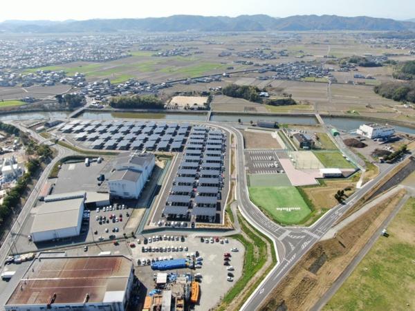 北側からの駐車場全景。L字形の敷地に太陽光発電パネルの屋根を架けたカーポートを配置した(写真:村田製作所)
