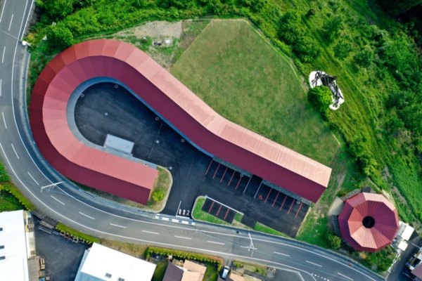上勝町ゼロ・ウェイストセンター「WHY」を上空から見たところ。「?」の形をしている。点の部分が、ゼロ・ウェイストアクションホテル「HOTEL WHY」(写真:Transit General Office Inc. SATOSHI MATSUO)