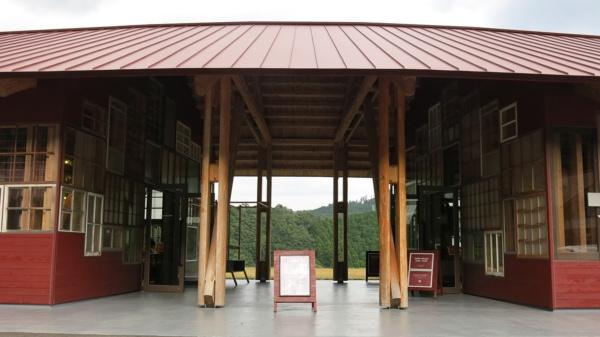 不要となった数多の窓を用いた印象的な「WHY」の建物。奥には谷に向かって開けた広い広場がある(写真:大塚千春)