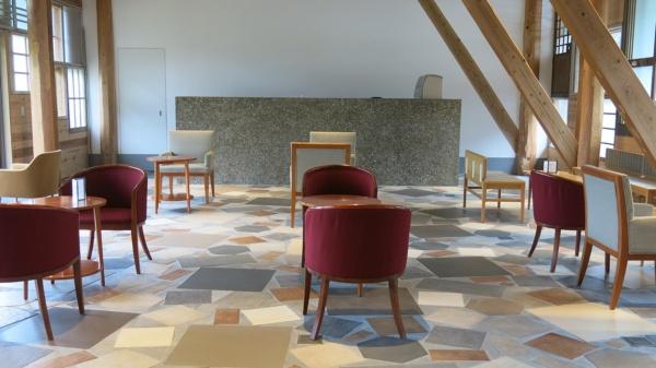 施設内の「交流ホール」。家具は不要品を活用したもの。床には廃材が使われている(写真:大塚千春)