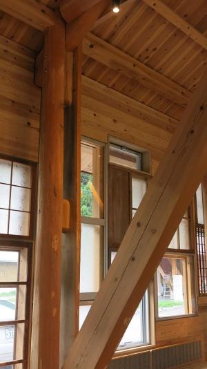 施設を支える柱には林業の町でもある上勝町の杉を、廃材を出さない丸太で使用(写真:大塚千春)