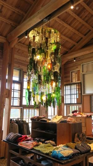 「くるくるショップ」には衣料品も多い。シャンデリアは、上勝町のゴミを活用したもの(写真:大塚千春)