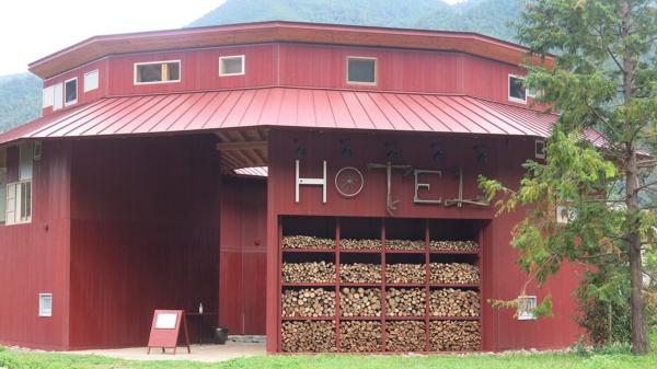 宿泊棟、「HOTEL WHY」。全4部屋で、最大16人が宿泊できる。上勝町は、車なら徳島阿波おどり空港から1時間強、大阪からなら2時間半ほどと、意外にアクセスがいい(写真:大塚千春)